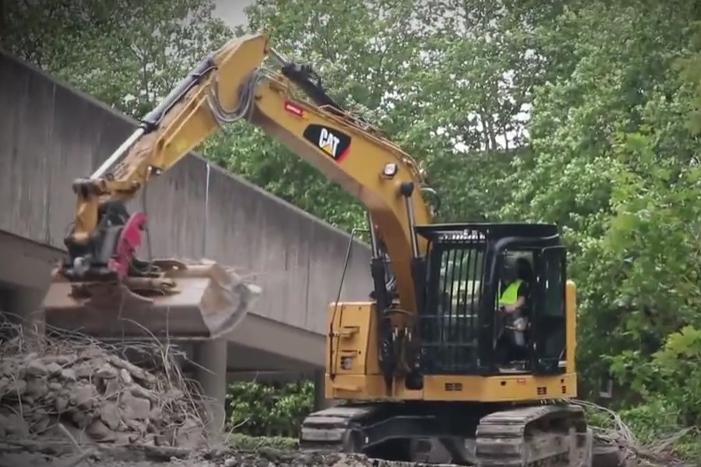 卡特彼勒挖掘机在大楼外施工